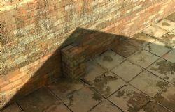 太阳光下的一个墙面