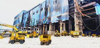工程机械模拟拆除旧厂房,厂房是背景图片